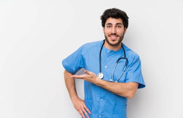 来て招待するための側に手を拡張する孤立した白い壁の上の外科医医師男