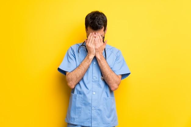 疲れと病気の表現を持つ外科医医師男