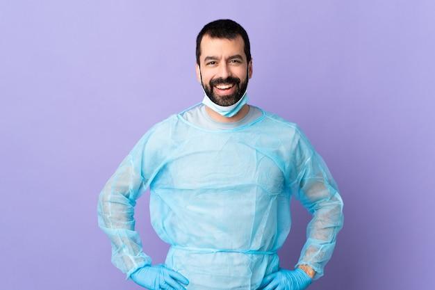 격리 된 배경 위에 외과 의사 남자