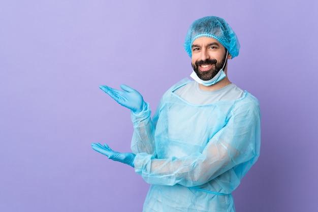 孤立した紫色の背景に外科医男