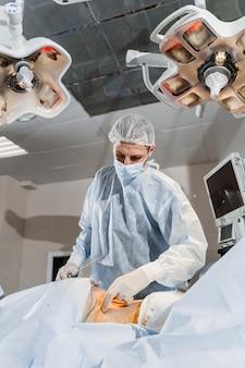 Хирург удаляет жир в ягодичной области