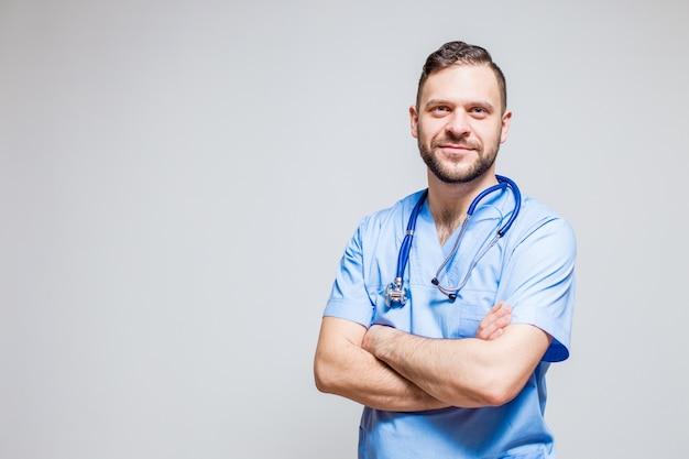 Хирург с помощью стетоскопа на шее и скрещенными руками