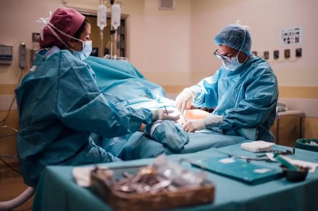 手術中の外科医と看護師