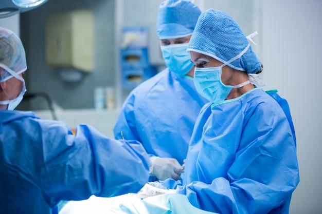상황 실에서 작업을 수행하는 외과 의사
