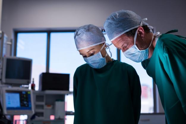 운영 극장에서 작업을 수행하는 외과 의사