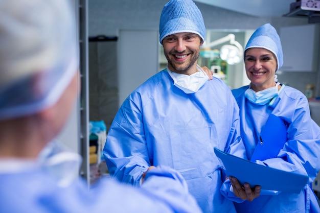 I chirurghi stringendo la mano in sala operatoria