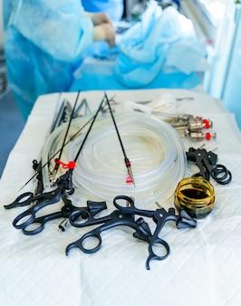 흰색 테이블에 있는 수술 기구. 신경외과용 의료기기. 복강경 장비. 확대