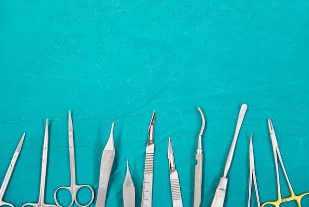 수술실에 있는 외과 기구 실리콘 코 임플란트