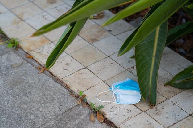 床のサージカルマスクウイルスのゴミの汚染