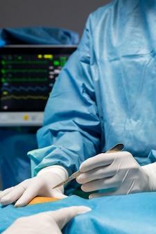 Procedura chirurgica eseguita dal medico in attrezzatura speciale