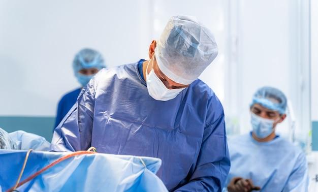 로봇 기술 장비가 있는 병원의 수술실. 신경외과 의사의 손에 있는 기계 팔. 신경 외과 과정의 근접 촬영입니다.