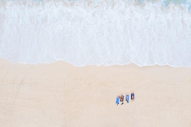 スリンビーチとビーチチェアで寝ている観光客旅行場所タイの夏休み空中上面図