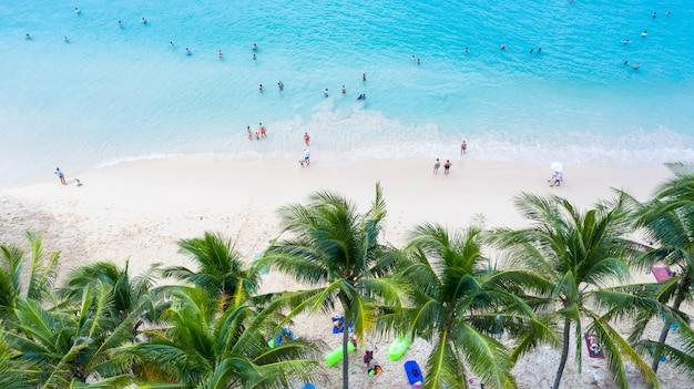 タイ南部のプーケットのスリンビーチ、スリンビーチは、プーケットの美しいビーチで非常に有名な観光地です。ヤシの木の周りの素敵な熱帯のビーチの眺め。休日や休暇の概念。