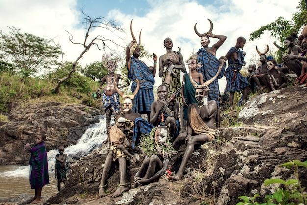 Племя сурми в традиционной одежде сури или сурма живут в национальном парке омо долины омо в эфиопии.