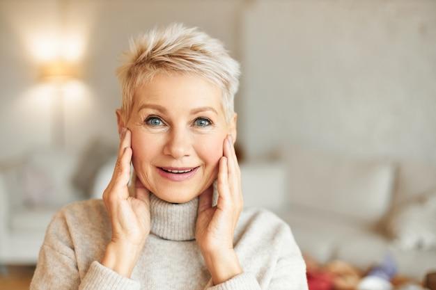 Концепция удивления, изумления и удивления. красивая блондинка средних лет дама смотрит в полном недоумении