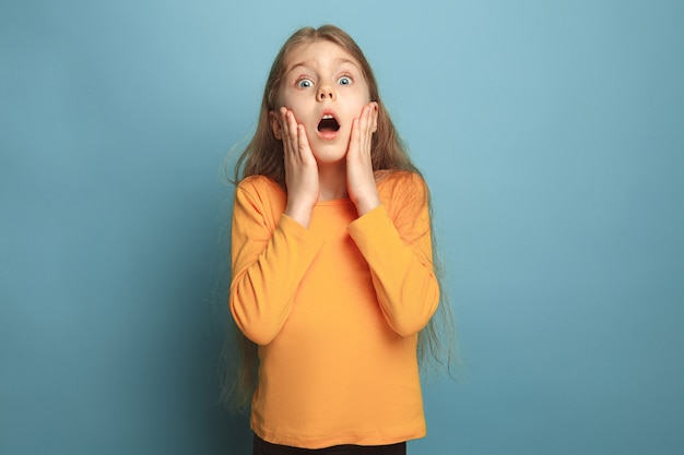 Sorpresa, gioia, felicità, gioia, vittoria, successo e fortuna. ragazza teenager sorpresa sull'azzurro