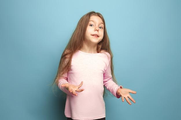 Удивление, восторг. удивленная девочка-подросток на синем. выражения лица и концепция эмоций людей