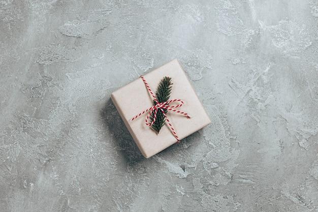 가문비 나무 가지와 공예 종이에 싸서 깜짝 선물 상자