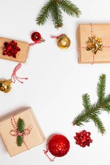 금 활, 전나무 및 붉은 황금 공이있는 공예 종이에 싸인 깜짝 선물 상자