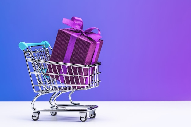 サテンリボンで結んだ紫色の箱にサプライズ。