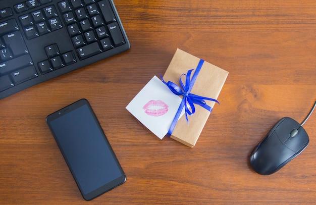 데스크탑에서 놀람. 선물 포장. 키스 카드입니다. 키스노트. 남성을 위한 선물