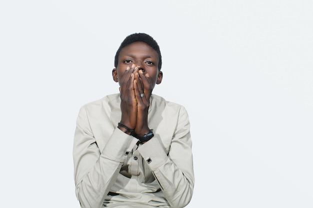Удивленный африканский парень Premium Фотографии