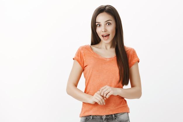 あえぎ、驚いて見て、面白いニュースを聞いて、プロモーション割引の驚きと熱狂的なブルネットの少女