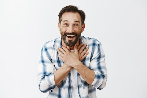 Uomo maturo barbuto sorpreso in posa