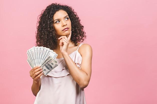 돈을 들고 드레스에 놀란 된 아름 다운 아프리카 계 미국인 여자