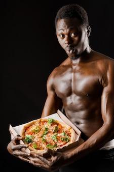 手にピザを持って驚いた黒人