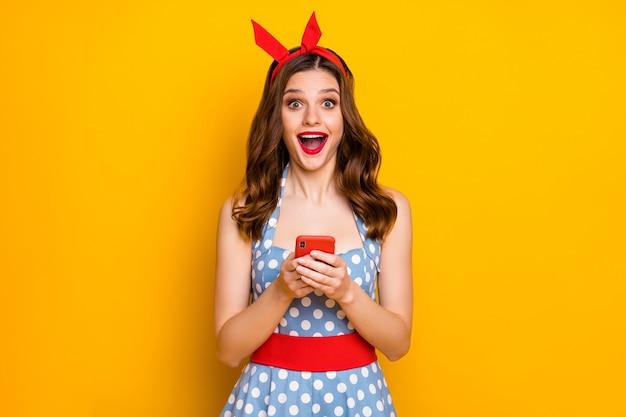놀란 된 블로거 소녀 노란색 배경에 핸드폰 비명을 사용