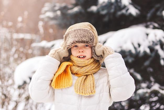 晴れた日の路上で冬に驚いた少年。感情