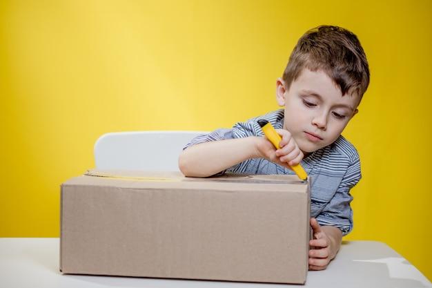 Удивленный мальчик, открывающий коробку