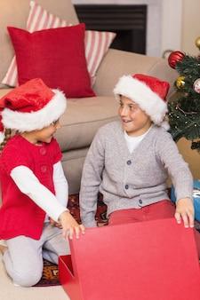 驚いた兄と妹がプレゼントを開く