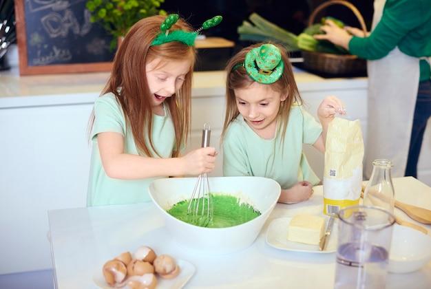 Bambini sorpresi che mescolano glassa fondente