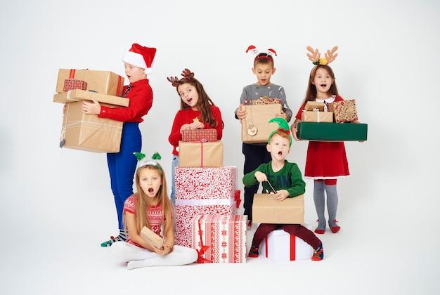 스튜디오 촬영에서 선물을 가진 놀란 된 아이들