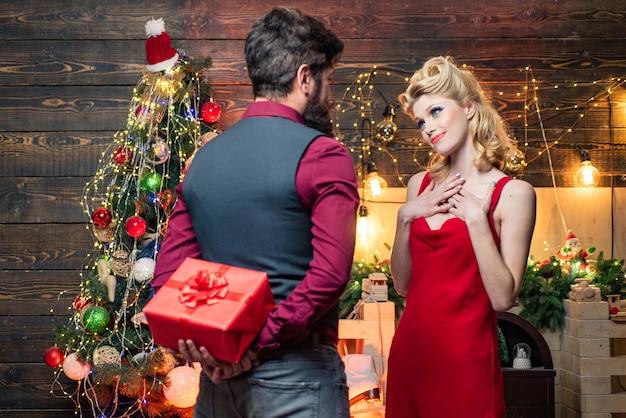 놀란 된 크리스마스 커플