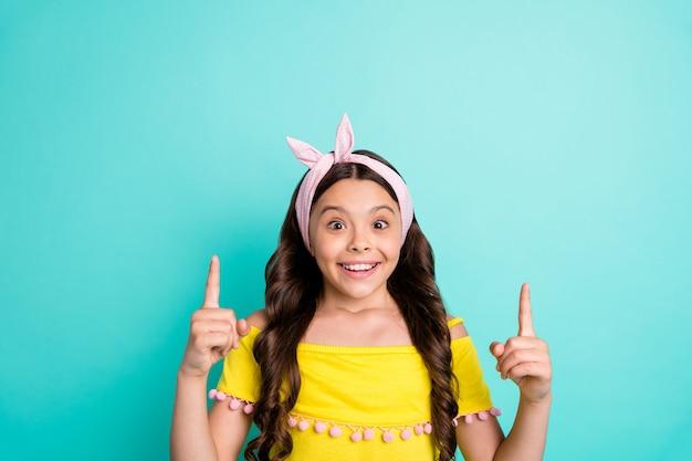 놀란 된 미친 아이 소녀 포인트 검지 손가락