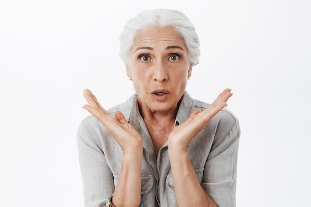 Удивленная пожилая женщина выглядит удивленно