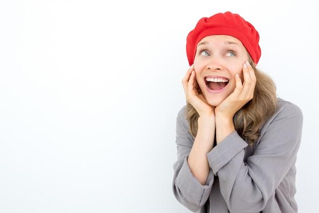 Sorpreso donna emotiva francese guardando lontano