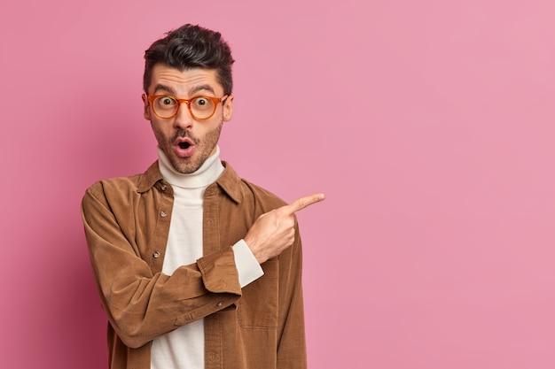 놀란 유럽 남자가 경이로움에서 입을 벌리고 불신과 놀라움을 표현