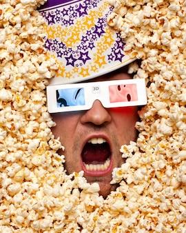 3d映画を見ているポップコーンの驚きの顔