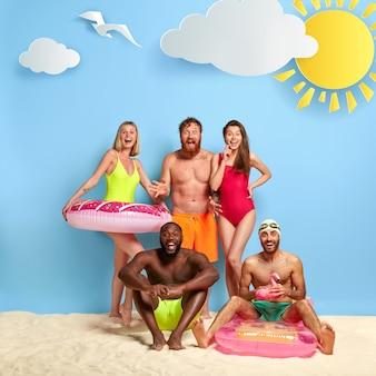 Amici sorpresi che si godono una giornata in spiaggia