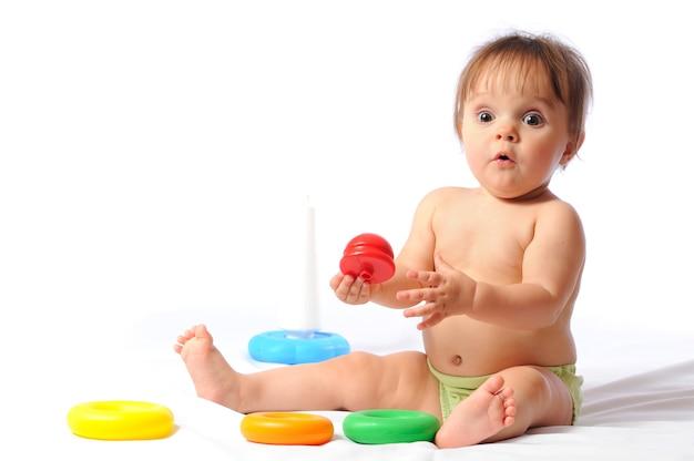 Удивлен забавным годовалым присмотром за ребенком и игрой с любимой игрушкой