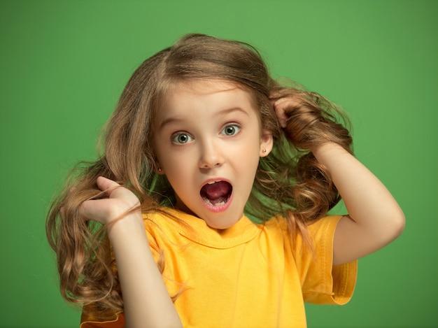 黄色のtシャツに驚いた女の子