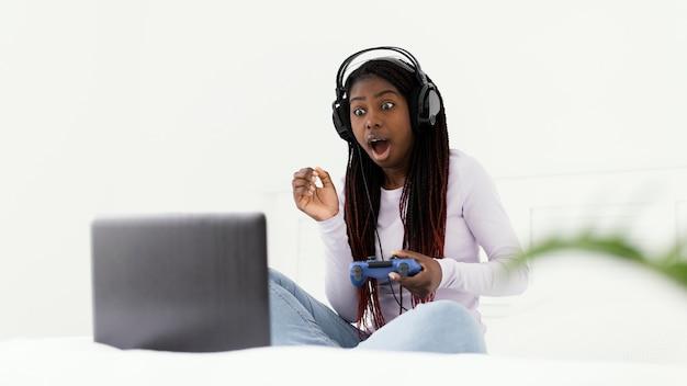 ビデオゲームをしている驚いた女の子