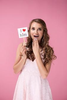 발렌타인 액세서리와 함께 놀란된 소녀