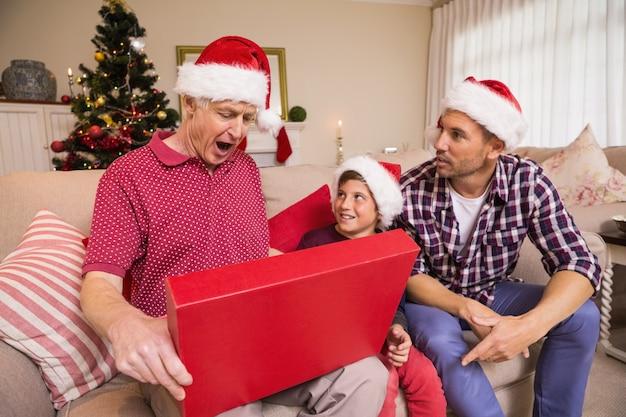 彼の贈り物を開いて驚いた祖父