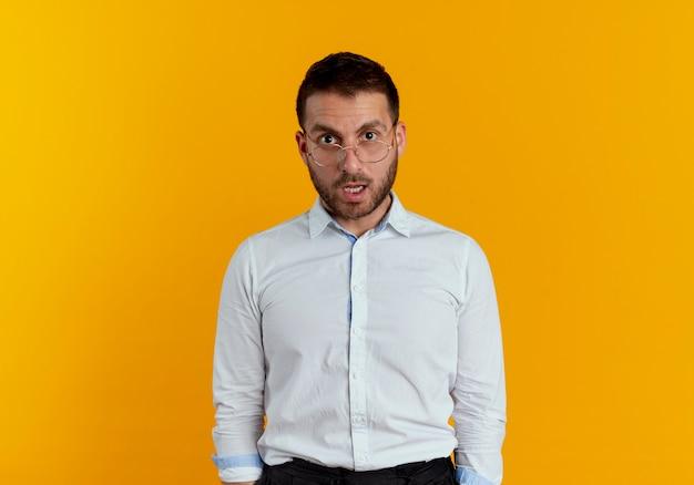 광학 안경 놀된 잘 생긴 남자는 주황색 벽에 고립 된 모습 무료 사진