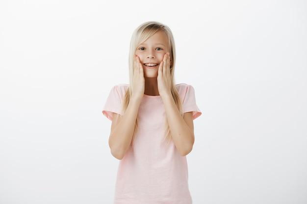 Удивленная счастливая девушка